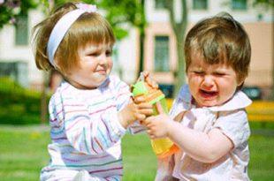 0353147393216175102a 310x205 - روشهایی برای جلوگیری از مشت و لگد زدن کودکان