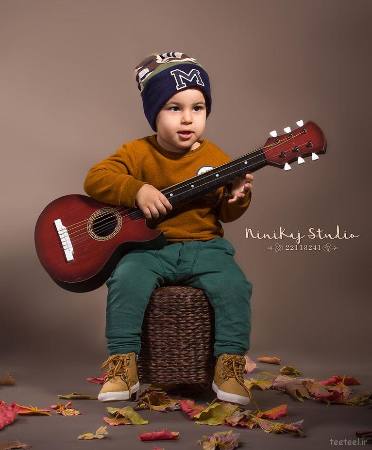 گیتار و کودک